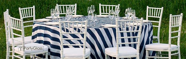 Скатерти в сине-белую полоску, белые стулья Кьявари Chiavari